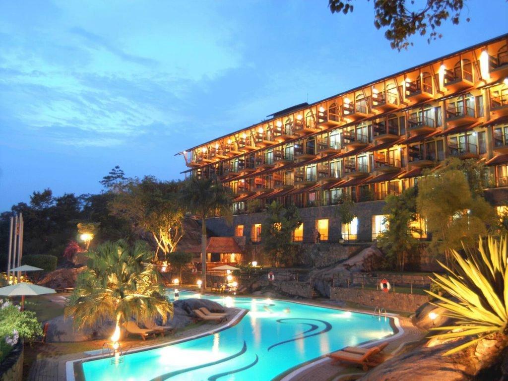 Kandy, Earls Regency hotel   Rama Tours