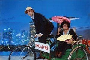 Henk en Meta op de fiets in Singapore